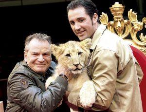 Fritz Wepper mit seinem Paten-Löwen Elvis, von Tierlehrer Martin Lacey jun., in der Manege des Circus Krone.München, den 06.03.2014 foto/petra schramek